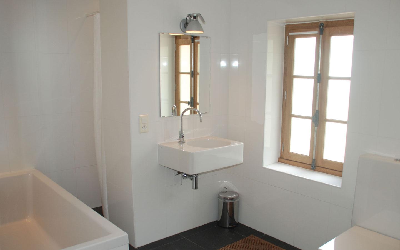 U kunt zowel van een bad als een douche gebruikmaken bij Maison Les Bardons