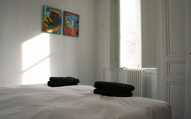 Heerlijk slapen op een eigen kamer met bed bij Les Bardons