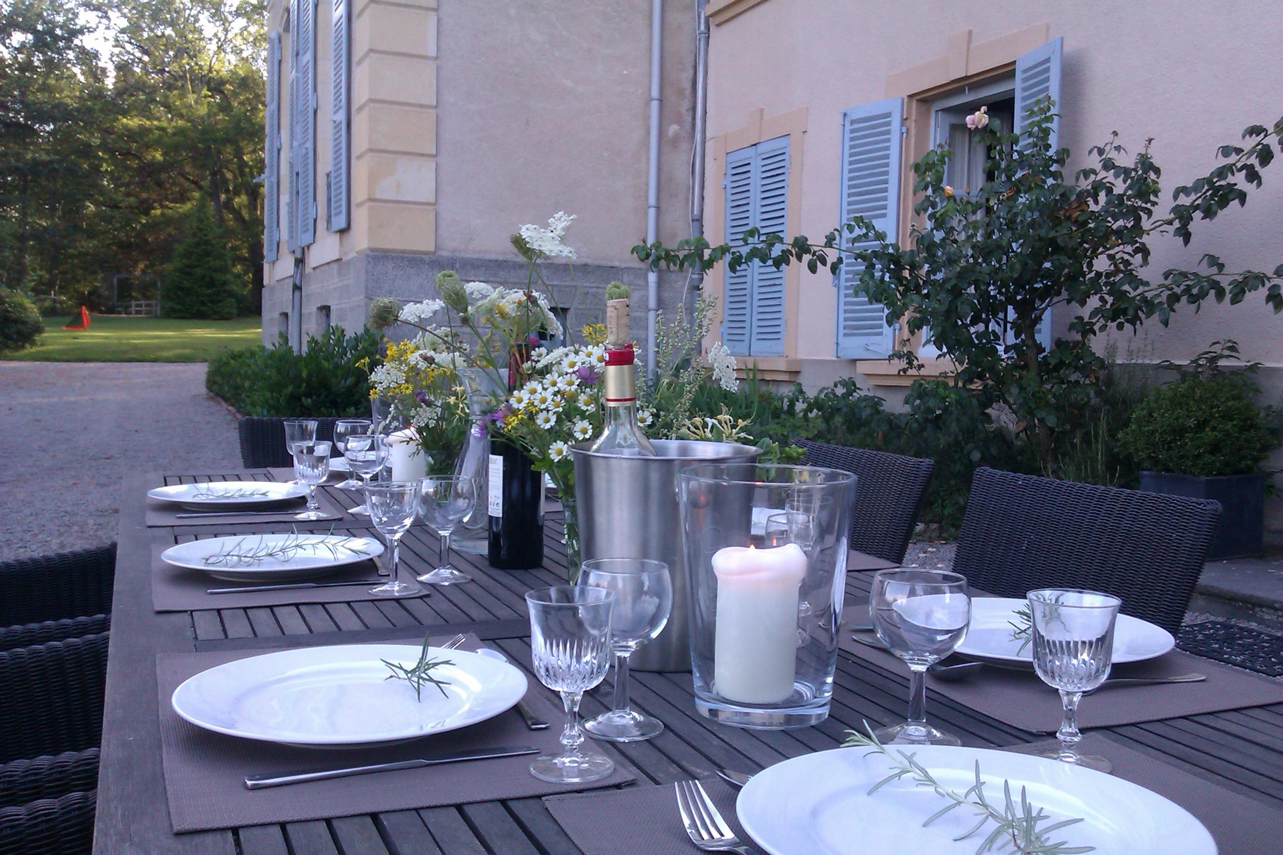 Set table at Maison Les Bardons
