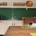 Keuken met combi oven en koelkast